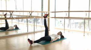 Скручивания к одной ноге: работающие мышцы и техника выполнения