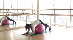 Подъем ног лежа на фитболе: работающие мышцы и техника выполнения