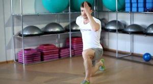 Беговые махи руками  стоя на одном колене: работающие мышцы и техника выполнения