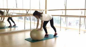 Планка на ладонях с фитболом: работающие мышцы и техника выполнения