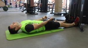 Сгибания рук на бицепс на нижнем блоке лёжа: работающие мышцы и техника выполнения