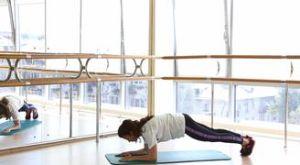 Планка с подъемом ноги: работающие мышцы и техника выполнения