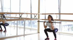 Подъем из приседания с жимом бодибара вверх: работающие мышцы и техника выполнения