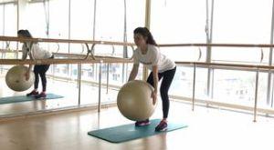 Тяга фитбола к животу в наклоне: работающие мышцы и техника выполнения