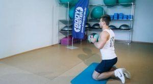Бросание медицинского мяча в стену стоя на коленях: работающие мышцы и техника выполнения
