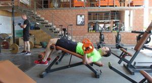 Жим в подъеме туловища из положения лежа: работающие мышцы и техника выполнения