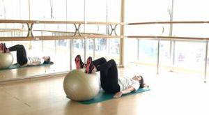 Ягодичный мост с помощью фитбола: работающие мышцы и техника выполнения