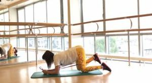 Отведение ноги назад на четвереньках с резиновой петлей: работающие мышцы и техника выполнения