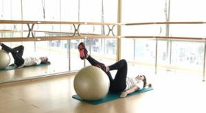 Ягодичный мост одной ногой на фитболе: работающие мышцы и техника выполнения