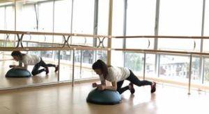 Планка на предплечьях с использованием босу: работающие мышцы и техника выполнения