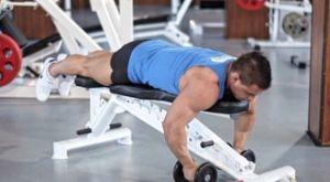 Разведение гантелей лежа на скамье: работающие мышцы и техника выполнения