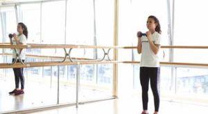 Жим гантели вверх стоя: работающие мышцы и техника выполнения