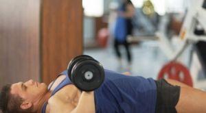 Жим гантели одной рукой лежа: работающие мышцы и техника выполнения