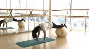 Складка в упоре лежа с фитболом: работающие мышцы и техника выполнения