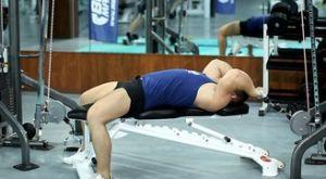 Трицепс в тросовом тренажере на прямой скамье: работающие мышцы и техника выполнения