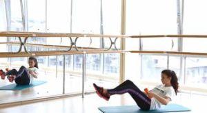 Передача гантели под ногами в складке: работающие мышцы и техника выполнения