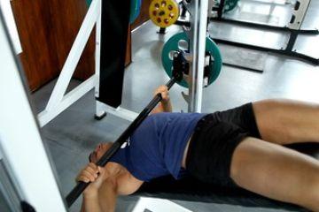 Жим штанги лежа на скамье с отрицательным наклоном (широкий хват ): работающие мышцы и техника выполнения