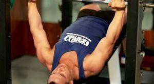 Жим лежа средним хватом на наклонной скамье: работающие мышцы и техника выполнения