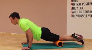 Растяжка квадрицепса лежа на полу лицом вниз, с использованием валика: работающие мышцы и техника выполнения