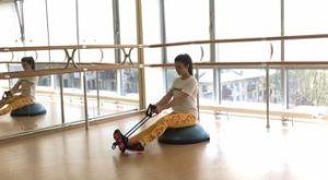 Горизонтальная тяга эспандера с подъемом ноги на босу: работающие мышцы и техника выполнения