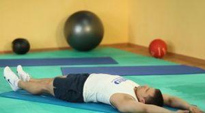Подъемы ног к рукам из положения лежа: работающие мышцы и техника выполнения