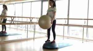 Приседания на босу + скручивание с фитболом: работающие мышцы и техника выполнения