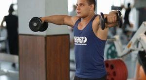 Попеременный подъем гантелей вперед и в стороны: работающие мышцы и техника выполнения
