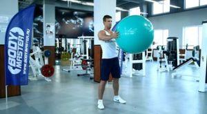 Повороты корпуса с фитболом в руках: работающие мышцы и техника выполнения