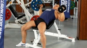 Жим гантелей лежа на наклонной скамье: работающие мышцы и техника выполнения