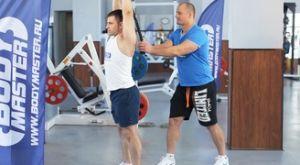 Растяжка трицепсов стоя (с использованием полотенца): работающие мышцы и техника выполнения