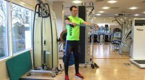 Разведение рук с эспандером: работающие мышцы и техника выполнения