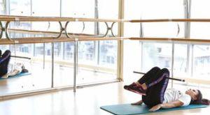Обратные скручивания с бодибаром под коленями: работающие мышцы и техника выполнения
