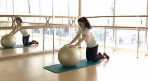 Удлиненная планка на фитболе с колен: работающие мышцы и техника выполнения