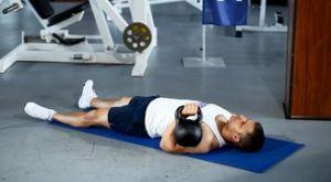 Жим гири одной рукой лежа на полу: работающие мышцы и техника выполнения