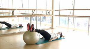 Удлиненный ягодичный мост на фитболе: работающие мышцы и техника выполнения