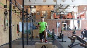 Зашагивания на лавку с высоким подниманием колена: работающие мышцы и техника выполнения