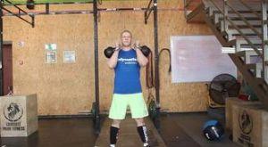 Жим от плеч с гирями стоя: работающие мышцы и техника выполнения