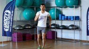 Высокое поднимание бедра через шаг во время семенящего бега: работающие мышцы и техника выполнения