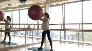 Приседания с фитболом перед собой: работающие мышцы и техника выполнения